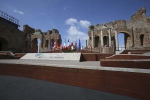 teatro-greco-bandiere-g7