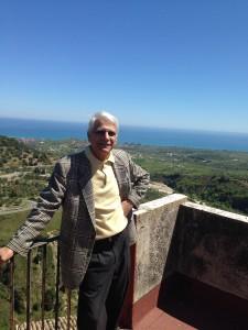 enzo-ermocida-sulla-terrazza-casa-badolato-borgo-vista-mare-foto-2016