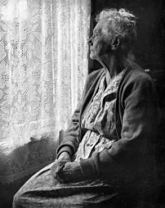 anziana-dietro-la-tenda