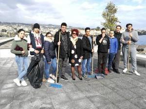 studenti-duca-abruzzi-catania-ripuliscono-la-piazzetta-di-ognina-colpita-dai-vandali-4