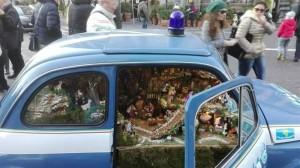 Folla di turisti a Napoli per Fiat 500 della Ps con presepe