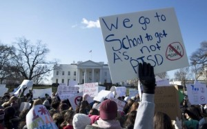 cartelli-protesta-contro-armi-usa-2018-davanti-a-casa-bianca