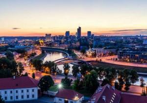 vilnius-capitale-lituania-panorama-notturno-lungofiume