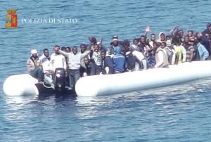 uno-dei-tantissimi-gommoni-di-migranti-verso-leuropa-11-agosto-2015