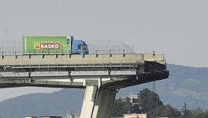 camion-basko-sul-ponte-di-genova-crollato-il-14-agosto-2018