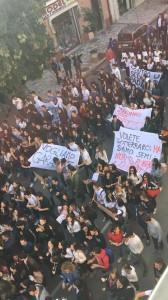 Trebisacce (Cs). Grande corteo di protesta degli studenti del liceo G. Galilei per le strade di Trebisacce.