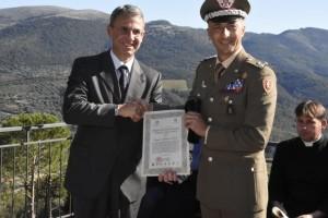 foto2-il-ministro-dellambiente-sergio-costa-consegna-il-premio-al-generale-bruno-pisciotta