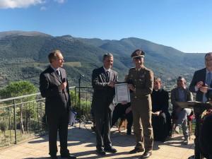 foto2bis-il-ministro-dellambiente-sergio-costa-consegna-il-premio-al-generale-bruno-pisciotta