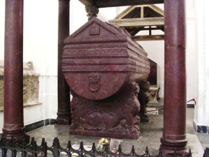 sarcofago-di-federico-ii-palermo-con-fiori