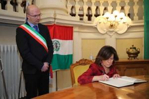 7-gennaio-2019-presidente-casellati-dedica-su-albo-doro-reggio-emilia