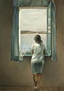 24-ragazza-guarda-dalla-finestra-panorama-marino