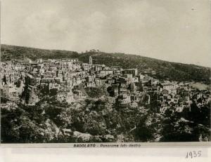 3-badolato-panorama-da-sud-1935-con-torre-campanaria-comunale-poi-abbattuta