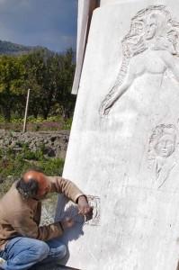 17-anno-2008-gianni-verdiglione-scalpella-il-monumento-8-marzo