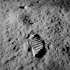 12-la-prima-foto-ufficiale-di-una-orma-umana-sul-suolo-lunare-20-luglio-1969-neil-armostrong
