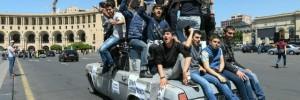 21-ragazzi-in-jeans-su-auto-manifestazione-russia