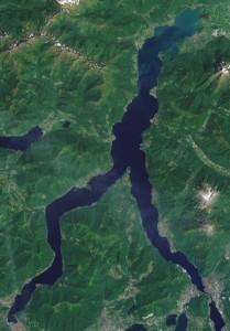 3-lago-di-como-visto-da-un-satellite