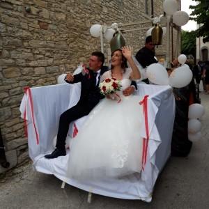 Agnone del Molise (Isernia – Italy ). Il premio simpatia agli sposi sul … trattore, sorpresa dei loro amici
