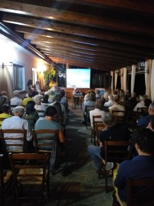4-il-pubblico-degli-invitati-alla-presentazione-del-film-di-imelda-bonato-su-badolato-27-agosto-2019-agriturismo-zangarsa