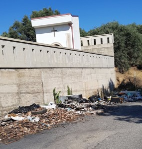 Bovalino (Rc): discarica a cielo aperto a lato del cimitero. Tra i materiali abbandonati anche lastre di eternit