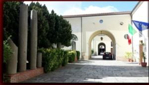 """Mileto (VV). Inaugurazione della mostra """"Giuseppe Occhiato Arte e scrittura"""" al Museo Statale di Mileto"""