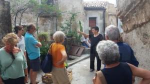 7-gruppo-turisti-davanti-alla-fontana-dellinnamorato-badolato