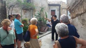jolanda-della-jusuterra-spiega-ai-turisti-la-ruga-delle-margherite-badolato-31-agosto-2019