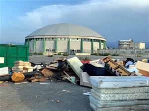 Milazzo (Me). Si completa la rimozione degli ingombranti abbandonati dietro il nuovo Palasport