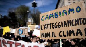 foto-1-manifestazione-con-cartello-cambiamo-atteggiamento-non-il-clima