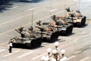 foto-n-8-un-uomo-solo-davanti-ai-carri-armati-tien-an-men-pechino-1989