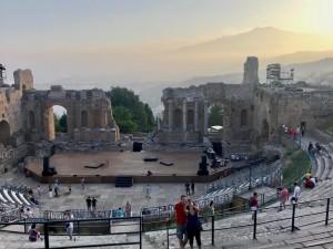 """Taormina (Me). La filosofia """"sbarca"""" a teatro: passeggiata archeo-filosofica nel Teatro Antico per la domenica gratis al museo. Al via i laboratori per bambini"""