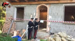 I Carabinieri della Compagnia di Taurianova (Rc) deferiscono all'autorità giudiziaria 12 persone e sequestrano diverse costruzioni.