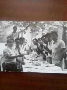 6-foto-gruppo-amici-a-tavola-b-n