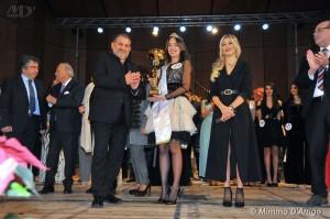 Nella foto l'Assessore Pippo Scattarreggia consegna il premio