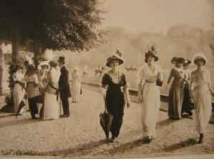 """Isola delle Femmine (PA). """"Promenade à l'île des Femmes"""". Passeggiata nell'arte del vestire dal Settecento ai nostri giorni"""