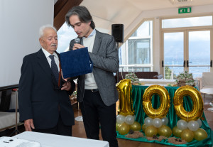 14-falcomat_-sindaco-di-rc-consegna-la-targa-ricordo-a-span_-100-anni