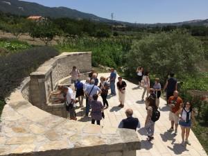 turisti-alla-fontana-luogo-impresisato