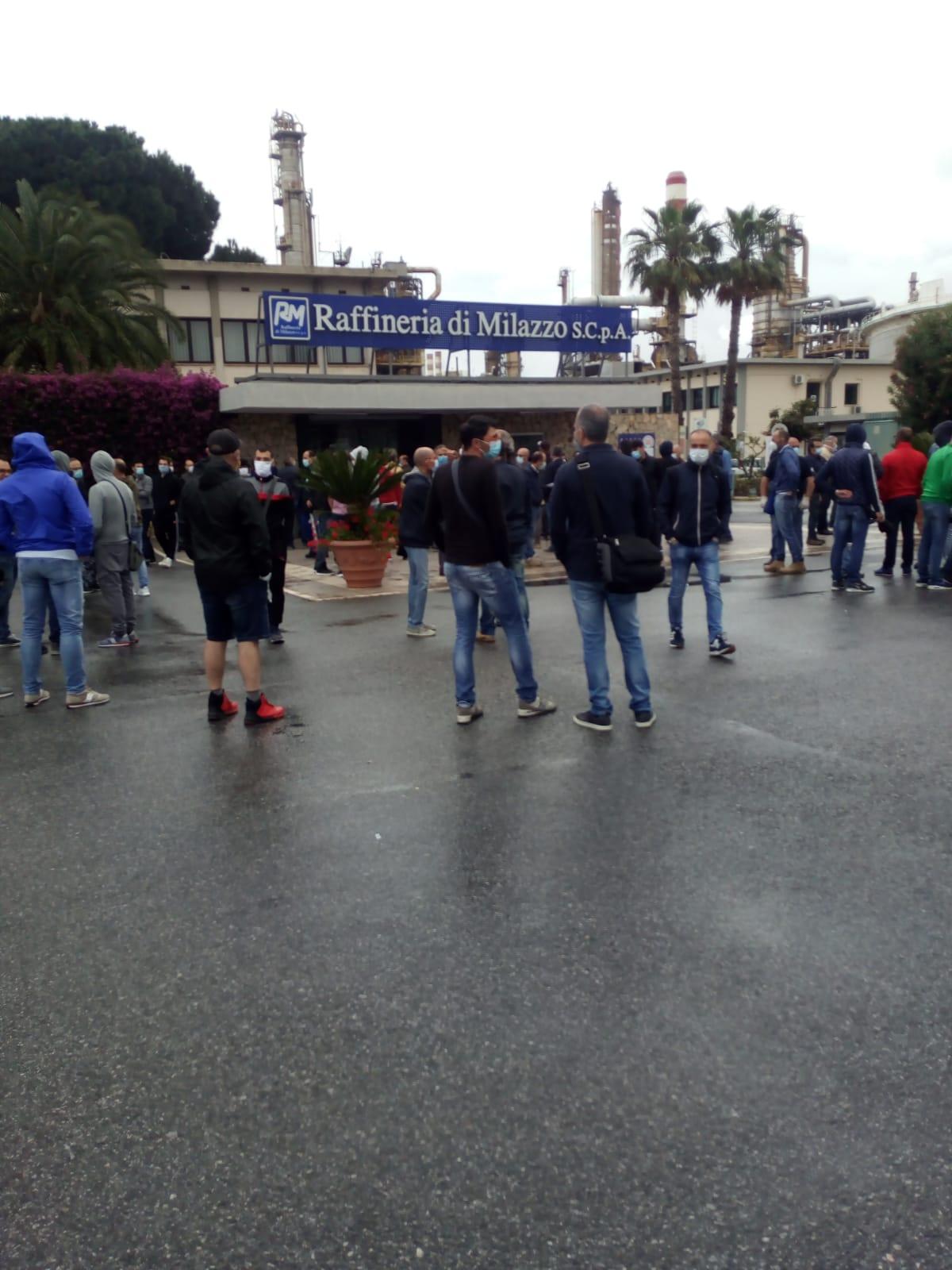 Raffineria di Milazzo (Me), sciopero ad oltranza dei lavoratori. Cgil, Cisl e Uil Messina: Situazione esasperata, apriamo la fase della mobilitazione a difesa del lavoro