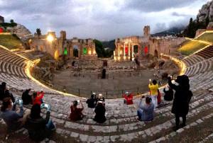 Taormina (Me). Parco Naxos Taormina: oltre 1100 visitatori nel primo weekend di apertura post lockdown. La meraviglia del tramonto col Tricolore al Teatro Antico