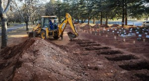 4-escavatore-fosse-comuni