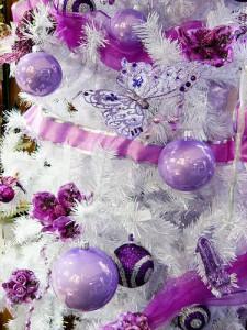 albero-di-natale-2020-con-nastri-e-palline-viola