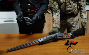 San Procopio (Rc). Rinvenute dai carabinieri una pistola lanciarazzi e un fucile pronti all'uso, con relativo munizionamento.