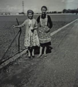 27-due-ragazze-con-grembiule